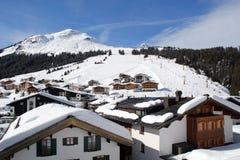 Austríaco Ski Piste e vila do recurso em Lech, Áustria fotografia de stock royalty free