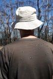 Australië: bushwalking mens met vliegen op rug Stock Fotografie