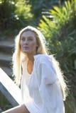 Australiër met Lang Blond Haar bekijkt omhoog de Hemel Royalty-vrije Stock Foto