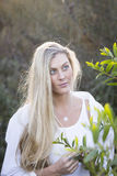 Australiër met Lang Blond Haar wat betreft Boom Stock Foto