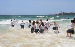 Australië, Queensland: Het lopen/het Werpen zich in de Stille Oceaan Royalty-vrije Stock Foto
