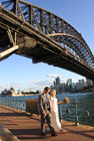 Australia bride and groom walks under Sydney Harbour Bridge Sydn Stock Photos