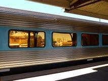 Australia: pociąg pasażerski przy historyczną stacją Zdjęcia Stock