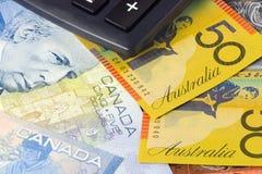 Australia y dinero en circulación canadiense con la calculadora imagen de archivo