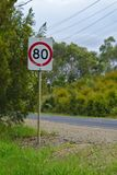 Australian' limite de velocidade de s de 80 quilômetros pelo sinal da hora foto de stock royalty free