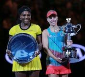 Australian Open-Finalist 2016 Serena Williams L und Grand Slam verfechten Angelique Kerber von Deutschland während der Trophäenda lizenzfreie stockfotos