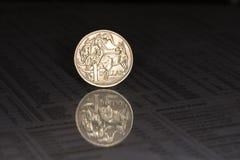 Australiano una moneda del dólar en fondo oscuro Fotografía de archivo