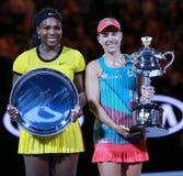 Australianu Open 2016 finalista Serena Williams L i wielki szlem wstawiamy się Angelique Kerber Niemcy podczas trofeum prezentaci zdjęcie stock