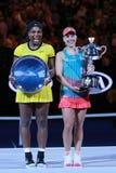 Australianu Open 2016 finalista Serena Williams L i wielki szlem wstawiamy się Angelique Kerber Niemcy podczas trofeum prezentaci zdjęcia royalty free