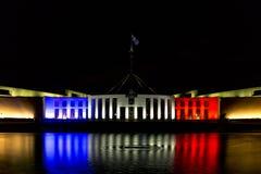 Australias parlamenthus i blått, vitt och rött Arkivbild
