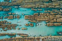Australias rotsachtige kust en natuurlijke zwembaden stock foto