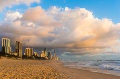 Australie, le Queensland, plage de paradis de surfers et ville aux sunris Images stock