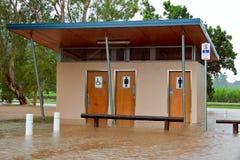 Australien översvämmade offentliga queensland toaletter Arkivfoto