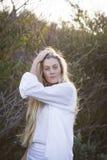 Australien avec de longs cheveux blonds regardant l'appareil-photo Photos libres de droits