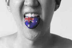Australien flagga som målas i tungan av en man - indikera engelskt språk och australiskt tala för brytning royaltyfri foto