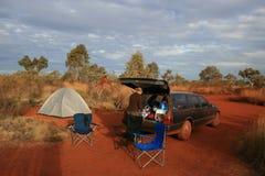 Australien fotvandrare som outback campar Arkivfoton