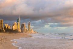 Australien Gold Coast stadssoluppgång från stranden Royaltyfri Bild