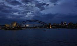 In Australien ist- eine wunderbare Nachtansicht, Gebäude und Seeblau wunderbar Stockfotografie