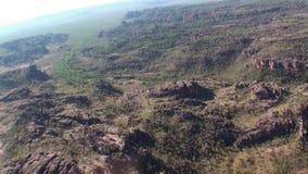 Australien kakadunationalparken, flyg över det naturligt parkerar, den bästa sikten av floden, den bästa sikten av de steniga ber stock video