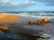 Australien kustlinjestrand och vågor Arkivfoton