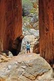 Australien NT, kvinna mellan vaggar framsidan av att bedöva den Stnadley svalgen i den McDonnell nationalparken nära Alicve vårar arkivbild