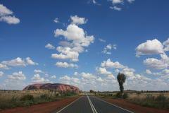 Australien outback väg till uluruen Royaltyfria Bilder