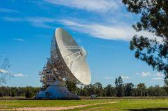 Australien radioteleskop på Paul Wild Narrabri Observatory Royaltyfri Fotografi