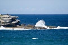 Australien strandbondi som kraschar nära rockswaves Arkivfoto