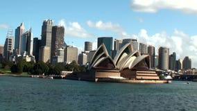Australien, Sydney, Ansicht der Skyline und des Opernhauses stock video