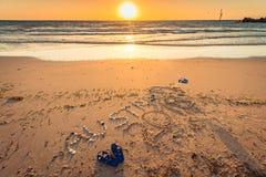Australien text med läderremmar, flaggan och solglasögon på stranden royaltyfri foto