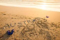 Australien text med läderremmar och solglasögon på stranden royaltyfria foton