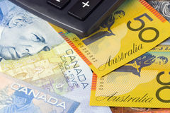 Australien und kanadisches Bargeld mit Rechner Stockbild