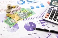 Australien valuta på grafer, finansiell planläggning och kostnadstekniker Arkivfoton