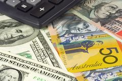 australiensisk valuta parar oss Arkivfoton