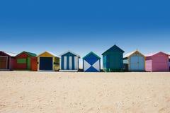 Australier, der Kästen am Brighton-Strand badet Lizenzfreies Stockbild