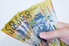 Australier fünfzig Dollaranmerkungen in der Hand ausgebreitet. Lizenzfreies Stockbild