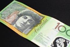 Australier hundra dollaranmärkning - vinkel Arkivbild