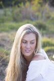Australier mit dem langen blonden Haar, das draußen sitzt lizenzfreie stockfotos