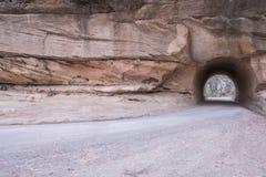 Australijczyk odpieczętowywał drogowy podróżować przez piaskowcowego tunelu Fotografia Stock