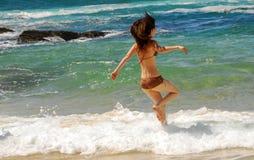 australijski dziewczyny pływanie na plaży obraz stock