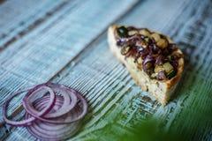 Australijski mięsny kulebiak na avocado, stole i cebula i horyzontalny odgórny widok, wieśniaka styl Zdjęcie Stock