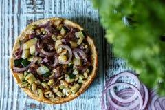 Australijski mięsny kulebiak na avocado, stole i cebula i horyzontalny odgórny widok, wieśniaka styl Zdjęcie Royalty Free