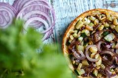 Australijski mięsny kulebiak na avocado, stole i cebula i horyzontalny odgórny widok, wieśniaka styl Obrazy Stock