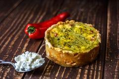 Australijski mięsny kulebiak na stołu i czerwonego pieprzu chili horyzontalny odgórny widok, wieśniaka styl Fotografia Royalty Free
