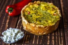 Australijski mięsny kulebiak na stołu i czerwonego pieprzu chili horyzontalny odgórny widok, wieśniaka styl Obrazy Royalty Free