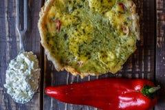 Australijski mięsny kulebiak na stołu i czerwonego pieprzu chili horyzontalny odgórny widok, wieśniaka styl Obrazy Stock