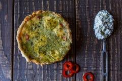 Australijski mięsny kulebiak na stołu i czerwonego pieprzu chili horyzontalny odgórny widok, wieśniaka styl Fotografia Stock