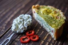 Australijski mięsny kulebiak na stołu i czerwonego pieprzu chili horyzontalny odgórny widok, wieśniaka styl Zdjęcia Royalty Free