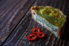 Australijski mięsny kulebiak na stołu i czerwonego pieprzu chili horyzontalny odgórny widok, wieśniaka styl Zdjęcia Stock
