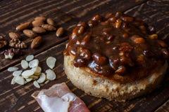 Australijski mięsny kulebiak na stole avocado i, chili, układy scaleni horyzontalny odgórny widok, wieśniaka styl Obrazy Stock
